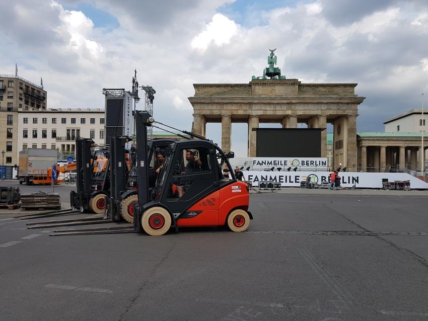 Aufbau Fanmeile Berlin, Trafoe Mietstapler