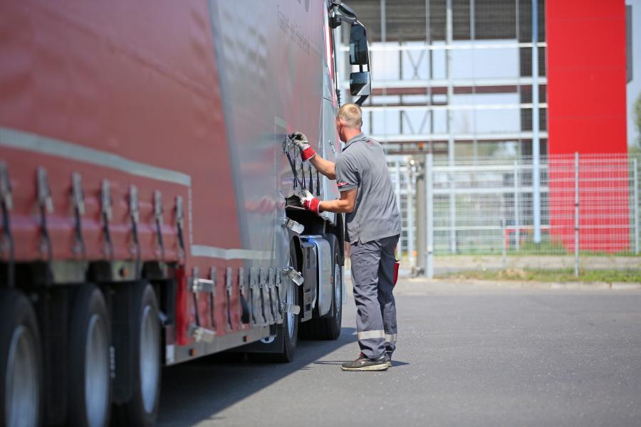Berufskraftfahrer bedient LKW